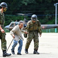 孤立した集落から自衛隊のヘリで救出された女性=熊本県芦北町で2020年7月8日午前10時50分、徳野仁子撮影