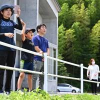 孤立した集落から自衛隊のヘリで運ばれてくる家族を待つ人たち=熊本県芦北町で2020年7月8日午前10時46分、徳野仁子撮影