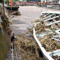 玖珠川の氾濫で崩落した橋=大分県日田市天瀬町で2020年7月8日午前10時29分、田鍋公也撮影