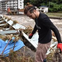 玖珠川の氾濫で崩落した橋=日田市天瀬町で2020年7月8日午前10時22分、田鍋公也撮影