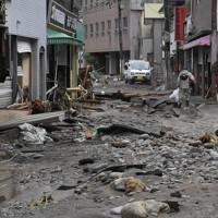濁流に削り取られた建物=日田市天瀬町で2020年7月8日午前9時46分、田鍋公也撮影
