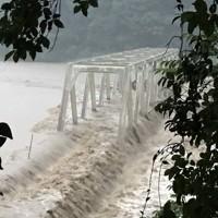 球磨川の濁流にのまれる橋=熊本県球磨村で2020年7月4日撮影、住民提供