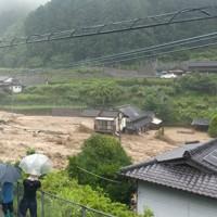 濁流に押し流される民家を見る住民たち=熊本県球磨村で2020年7月4日撮影、住民提供