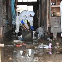 泥まみれになった商店の片付けをする人たち=熊本県芦北町で2020年7月8日午前9時18分、矢頭智剛撮影