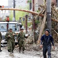 河川の氾濫で土砂が流れ込んだ市街地の被害を調査する自衛隊員=熊本県人吉市で2020年7月8日午前9時13分、幾島健太郎撮影