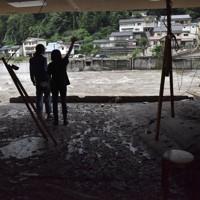 川を見つめながら「何もかも無くなりました」と話す住人=大分県日田市天瀬町で2020年7月8日午後2時12分、田鍋公也撮影