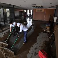 天井近くまでの浸水被害のあった創業1829年の老舗温泉旅館「鍋屋本館」。従業員ほか知人や取引のある会社から総勢約50人がかりで泥かきなどの復旧作業にあたった。新型コロナウイルスの影響で6月1日に営業再開したばかりだった。=熊本県人吉市で2020年7月8日午後1時36分、宮間俊樹撮影