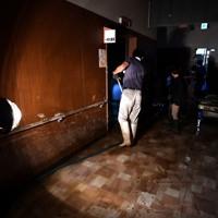 浸水被害のあった球磨病院で泥をかき出す病院の関係者ら=熊本県人吉市で2020年7月8日午後1時51分、宮間俊樹撮影