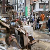 浸水被害の大きかった人吉市中心街で復旧作業にあたる人たち=熊本県同市で2020年7月8日午後0時55分、宮間俊樹撮影