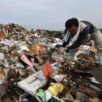 家電や家財道具などが山積みとなる災害ゴミの集積所=熊本県人吉市で2020年7月8日午後4時4分、宮間俊樹撮影