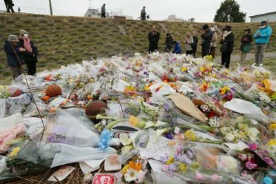 川崎市の中1殺害事件で被害者が見つかった現場付近には、途切れることなく大勢の人たちが訪れ、花束が山のようになっていた=川崎市川崎区で2015年3月3日、小川昌宏撮影