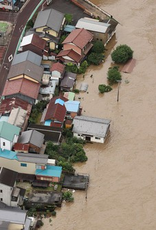 Houses near the Hida River in the town of Shirakawa, Gifu Prefecture, in central Japan, are seen flooded from a Mainichi Shimbun helicopter on July 8, 2020. (Mainichi)
