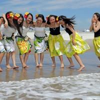 7年ぶりに薄磯海水浴場で海開きがあり、波打ち際ではしゃぐフラガールたち=福島県いわき市で2017年7月15日午前9時36分、喜屋武真之介撮影