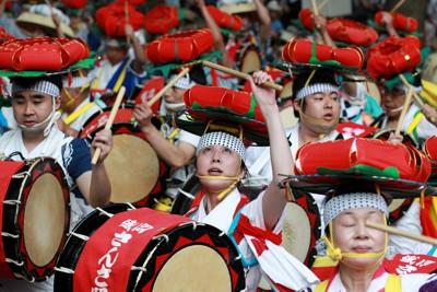 震災からの復興を誓う「東北六魂祭」で披露された盛岡さんさ踊り=仙台市青葉区で2011年7月16日午後6時、梅村直承撮影