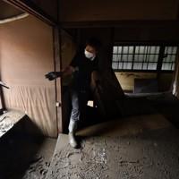 泥まみれになった客室を片付ける旅館「一富士」代表の松田諭さん=熊本県人吉市で2020年7月9日午前10時16分、宮間俊樹撮影