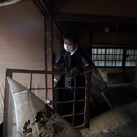 泥まみれになった客室を片付ける旅館「一富士」代表の松田諭さん=熊本県人吉市で2020年7月9日午前10時17分、宮間俊樹撮影