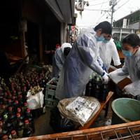 被災した「馬場醬油店」の復旧作業を手伝う秀岳館高校の生徒たち=熊本県人吉市で2020年7月9日午前10時45分、宮間俊樹撮影
