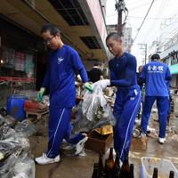被災した酒店の復旧作業を手伝う秀岳館高校の野球部員たち=熊本県人吉市で2020年7月9日午前11時3分、宮間俊樹撮影