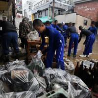 被災した酒店の復旧作業を手伝う秀岳館高校の野球部員たち=熊本県人吉市で2020年7月9日午前11時6分、宮間俊樹撮影