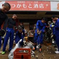 被災した酒店の復旧作業を手伝う秀岳館高校の野球部員たち=熊本県人吉市で2020年7月9日午前11時7分、宮間俊樹撮影