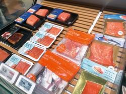 広州市内のスーパー店頭に並ぶサーモンの切り身 尹健章氏撮影