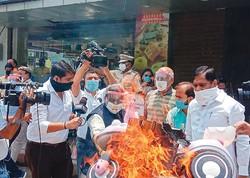 中国製品を燃やして抗議活動するインドの小売業界団体 全インド商人連盟(CAIT)提供