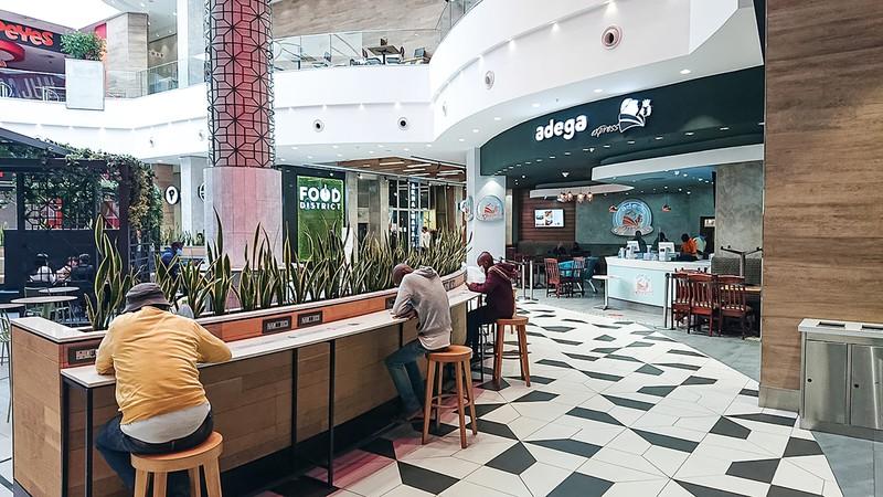 ヨハネスブルク市内にあるショッピングセンターでは、店舗内での飲食も解禁された 筆者撮影