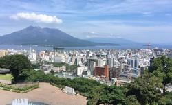 鹿児島市街地と桜島(2020年6月24日、筆者撮影)
