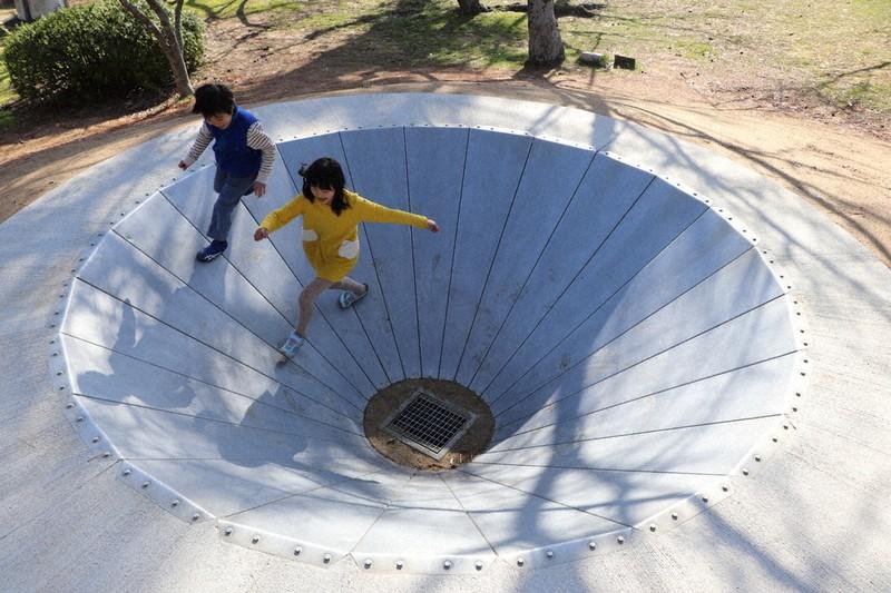街と彫刻:UBEビエンナーレの60年/5 標的と人 子供たちに人気の ...