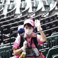 【阪神―DeNA】マスク、手袋を着用して声をかけずにスタンドを回るビールの売り子=兵庫県西宮市の阪神甲子園球場で2020年7月10日(代表撮影)