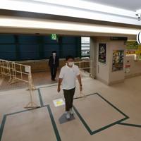 【阪神―DeNA】球場入り口の天井に設置されたカメラで入場者の体温をチェック=阪神甲子園球場で2020年7月10日(代表撮影)