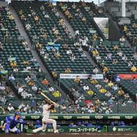【阪神―DeNA】ソーシャルディスタンスを保って観戦する阪神ファンら。一回裏阪神の先頭打者・近本が本塁打を放った=阪神甲子園球場で2020年7月10日、山崎一輝撮影