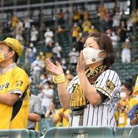 【阪神―DeNA】試合開始前に、医療従事者に対して拍手を送る観客たち=阪神甲子園球場で2020年7月10日、山崎一輝撮影