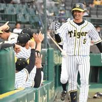 【阪神―DeNA】一回裏阪神無死、先頭打者本塁打を放ち、ベンチに迎えられる近本=阪神甲子園球場で2020年7月10日、山崎一輝撮影