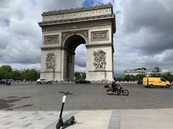 観光客のいない凱旋(がいせん)門付近。普段は交通量が多く運転が難しいロータリーもすいている=筆者撮影