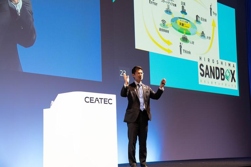 CEATECで広島県のデジタル化の取り組みをプレゼンする湯崎英彦・広島県知事