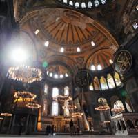 6世紀にキリスト教の大聖堂として建立され、ビザンチン建築の最高傑作としてユネスコの世界文化遺産にも登録されている「アヤソフィア」の内部。無宗教の博物館と定めた1934年の政令以降は博物館として使われているが、トルコの最高行政裁判所が同政令を無効とする判決を発表。エルドアン大統領はモスクとする大統領令に署名した=トルコ・イスタンブールで2012年4月23日、手塚耕一郎撮影
