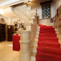 イタリア産の大理石で作られた手すりが目を引くエントランスの表階段。左奥にはかつて使われていたエレベーターの扉が見える=大阪市中央区で2020年5月22日、大西達也撮影