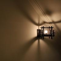 建築時にデザインされ、階段の壁面を照らすアールデコ調の照明が昭和レトロを感じさせる=大阪市中央区で2020年5月22日、大西達也撮影