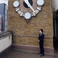ビルの上で時を知らせる時計。当初は英国製だったが国産品に代わった=大阪市中央区で2020年5月22日、大西達也撮影