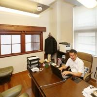 落ち着いた雰囲気のオフィスで仕事をする正木久彦さん=大阪市中央区で2020年7月2日、大西達也撮影