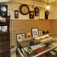 地下サロンの壁には多様なデザインの時計が並び、時代の流れを感じることができる=大阪市中央区で2020年5月22日、大西達也撮影