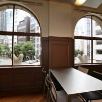 堺筋に面し窓に特徴がある貸し会議室=大阪市中央区で2020年7月2日、大西達也撮影