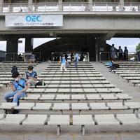 【川崎―柏】J1再開後の初めて観客を入れての試合となる川崎と柏の試合前、ソーシャルディスタンスを保って座る川崎サポーターたち=川崎・等々力陸上競技場で2020年7月11日午後5時45分、宮武祐希撮影