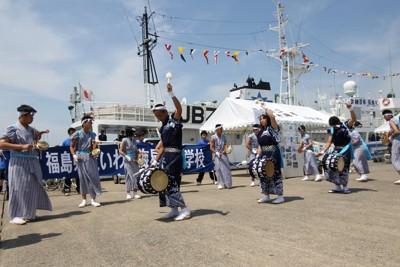 練習船の前で「じゃんがら念仏」を披露するいわき海星高の生徒たち=福島県いわき市で2011年7月18日午前10時7分、和泉清充撮影