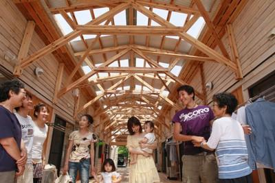 入居者同士の交流が生まれるように工夫を凝らしたコミュニティーケア型仮設住宅「絆」=岩手県遠野市で2011年7月19日、竹内幹撮影