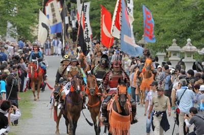 相馬野馬追で、相馬中村神社を出発する武者行列=福島県相馬市で2011年7月23日午前9時24分、手塚耕一郎撮影