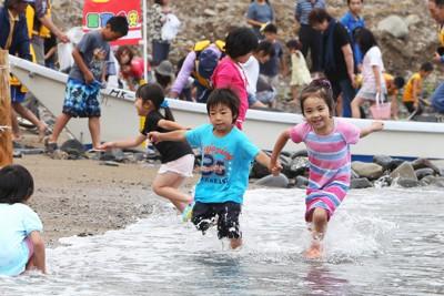 震災後初めての海開きで、楽しそうに遊び回る子どもたち=岩手県久慈市の舟渡海水浴場で2011年7月24日、後藤由耶撮影