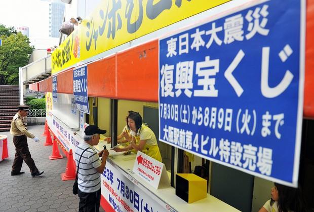 発売が始まった「東日本大震災復興宝くじ」=大阪市北区で2011年7月30日午前8時5分、大西岳彦撮影