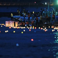 震災犠牲者の追悼と街の復興を祈って流される灯籠=宮城県石巻市で2012年7月31日午後7時15分、小川昌宏撮影